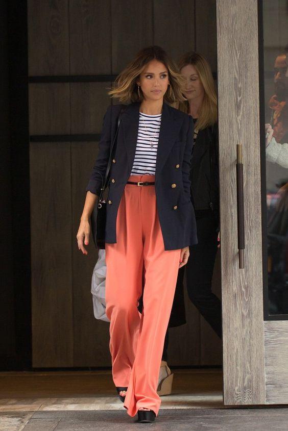 Девушка в стильных брюках кораллового цвета