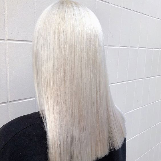 Холодный платиновый блонд на прямых волосах