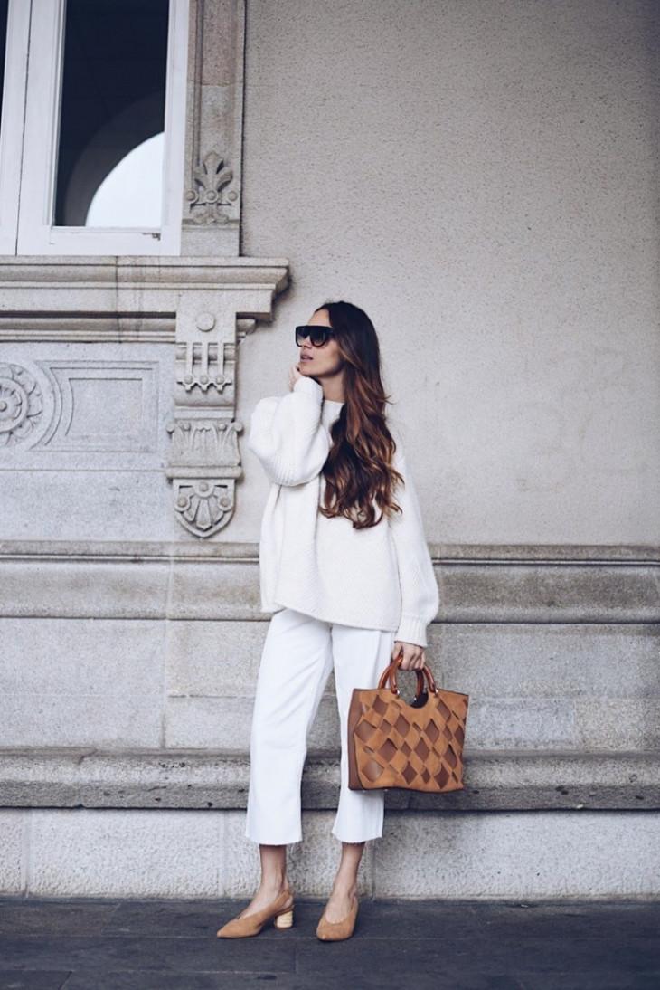 Белые укороченные джинсы на девушке