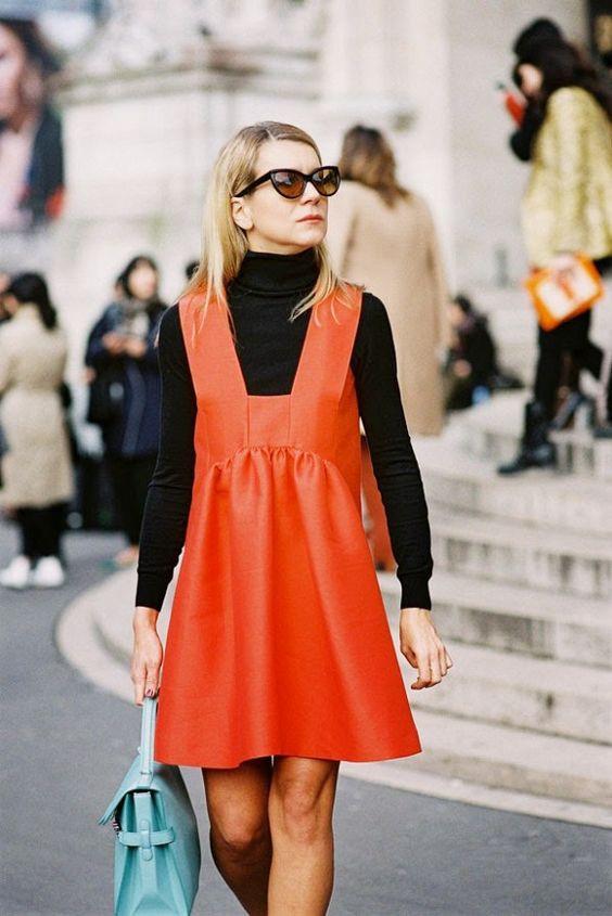 Девушка в платье кораллового цвета