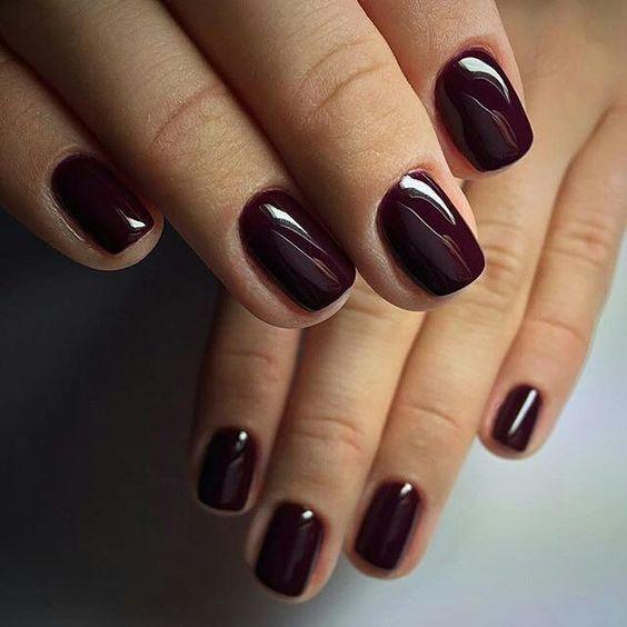 Темные лаки помогают визуально удлинить ногтевую пластину