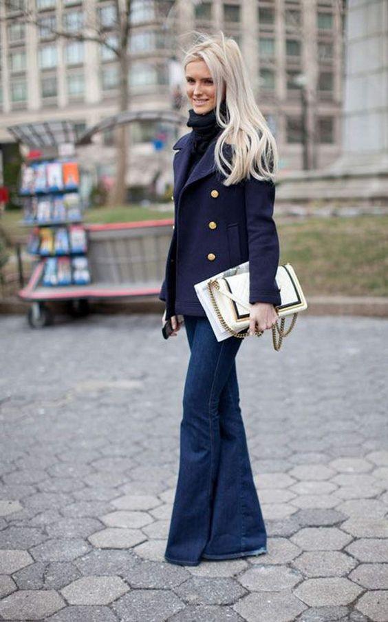 узкие джинсы клеш на девушке