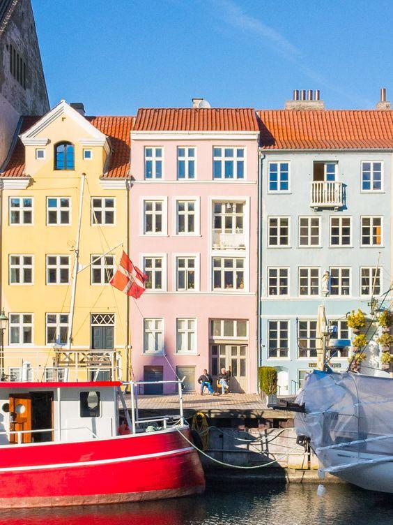 Вид на дома и лодки в Копенгагене