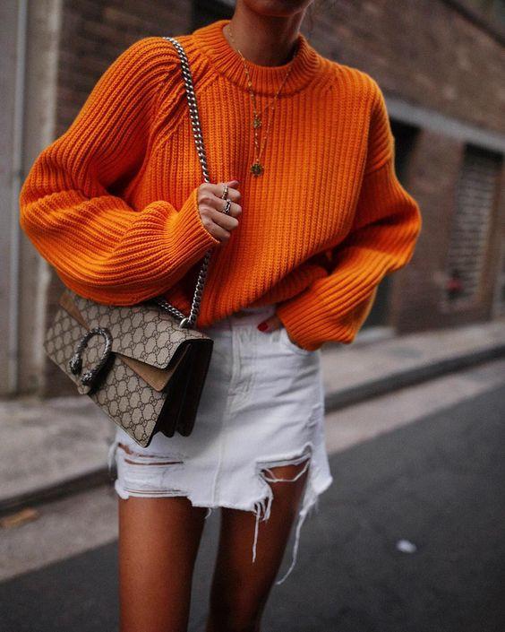 Белая рваная джинсовая юбка с ярким свитером