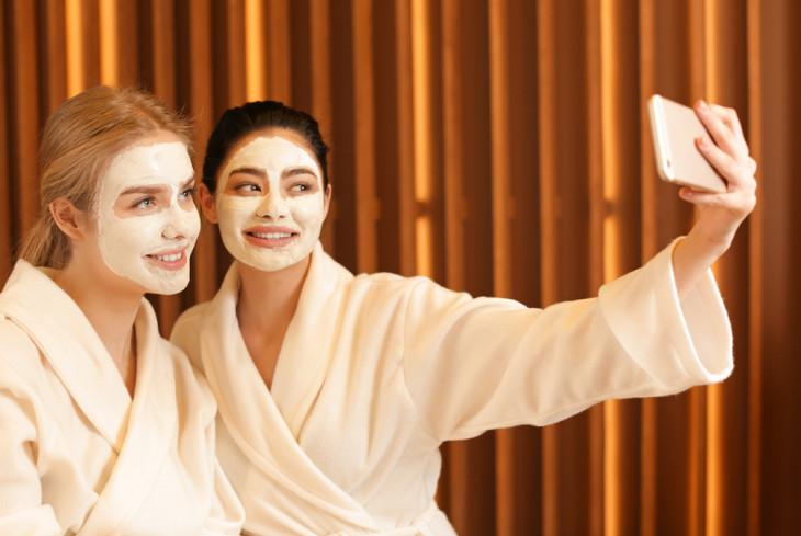 Девушки ухаживают за кожей лица при помощи масок
