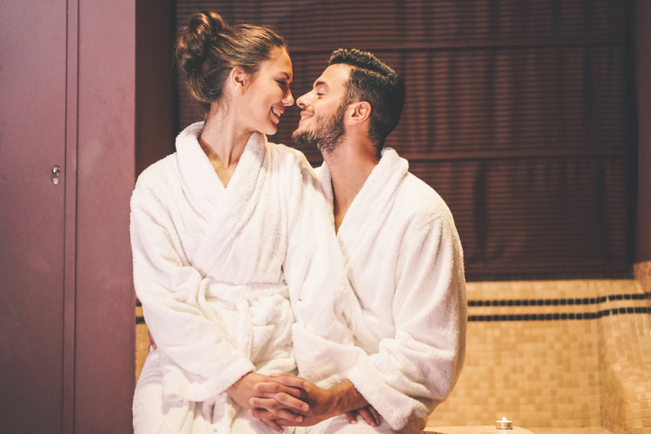Счастливые парень и девушка