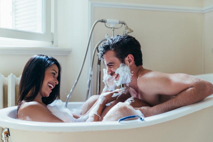 Парень и девушка в ванной