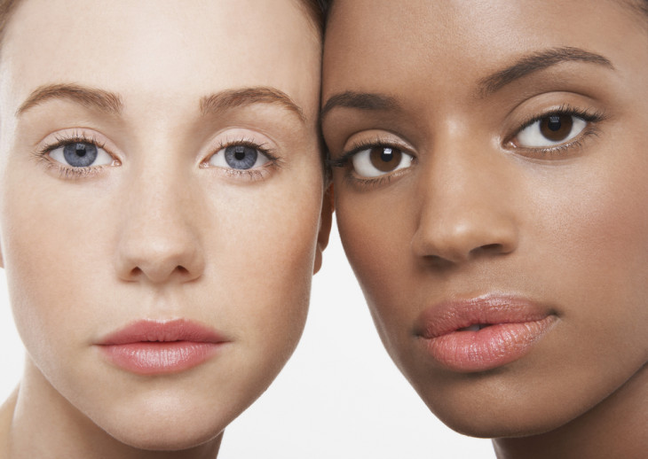 Девушки ухаживают за кожей в стиле тренда Skip-care