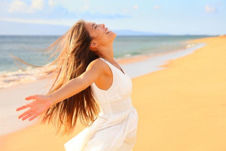 Счастливая молодая девушка на пляже