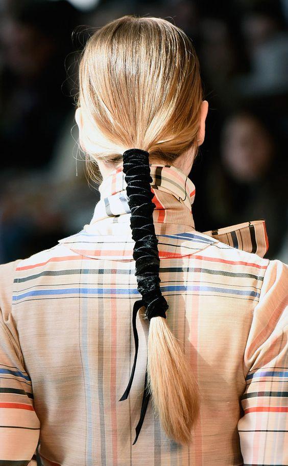 Модный конский хвост с бархатной лентой
