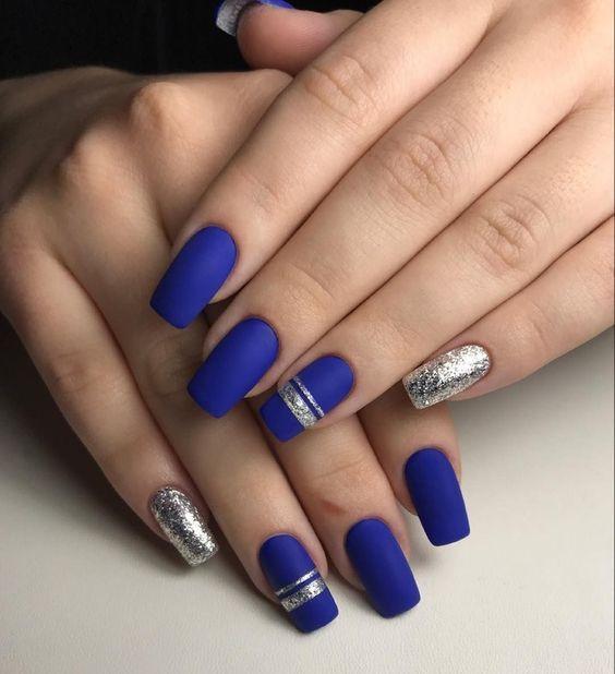 Яркий синий матовый маникюр