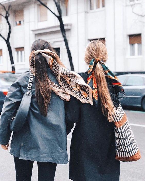 Две подруги с низкими конскими хвостами, украшенными платками