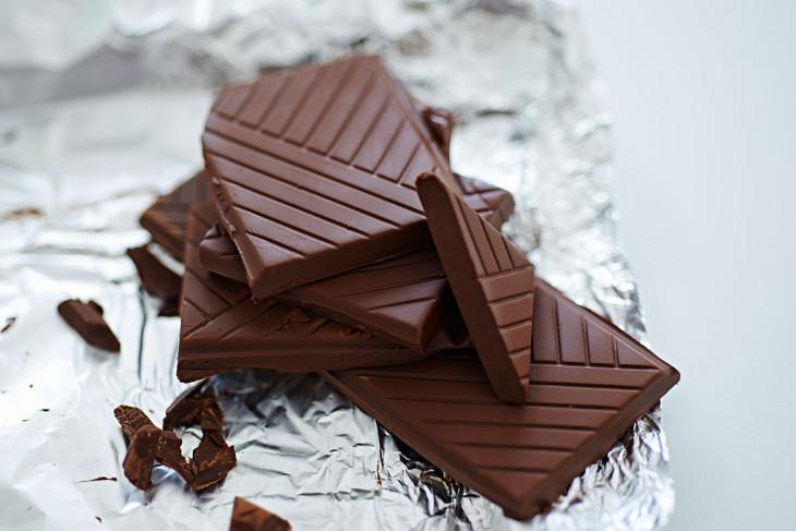 Плитка полезного черного шоколада
