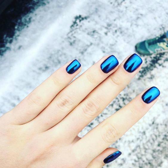 Яркий зеркальный маникюр синего цвета