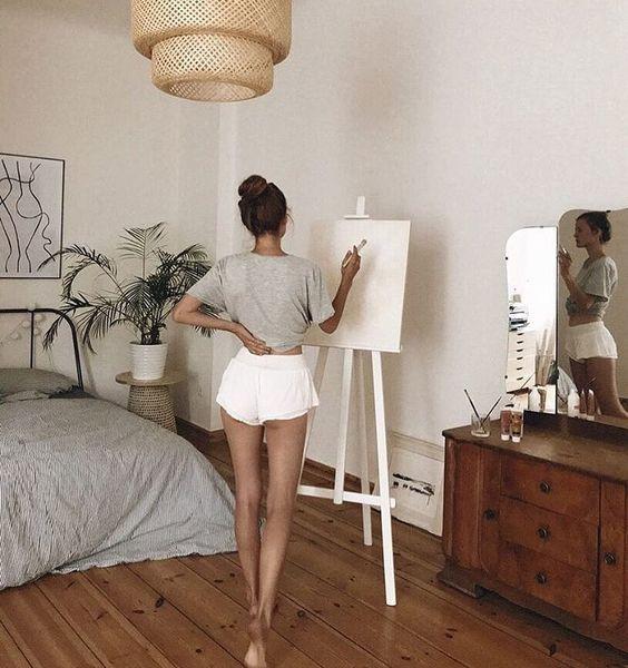 рисует девушка