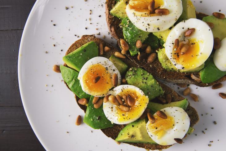 Тостс авокадо и яйцом