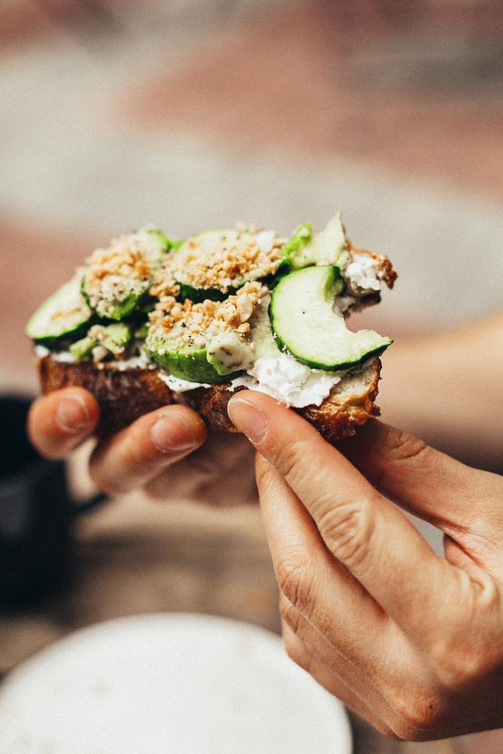 Бутерброд с авокадо и огурцом