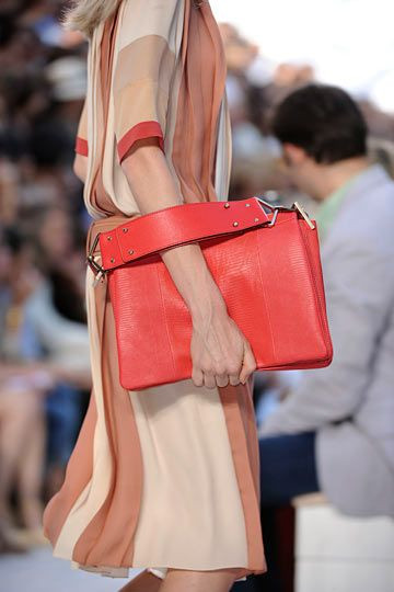 Девушка с коралловой сумкой