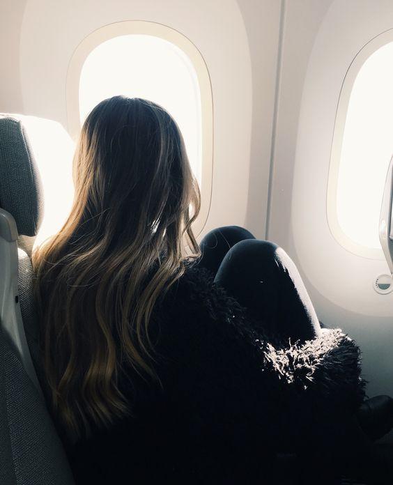 Девушка на борту самолета думает о причинах появления акне