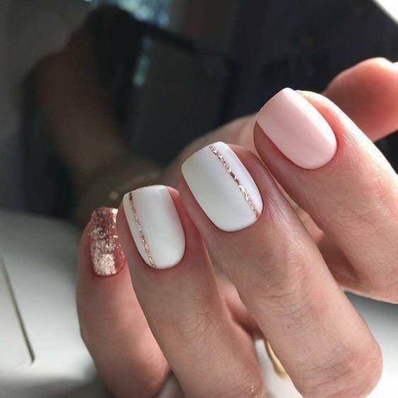 Маникюр с полосами визуально удлиняет ногти