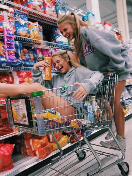 Две счастливые девушки в супермаркете