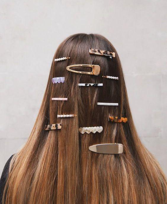 Много заколок на длинных волосах