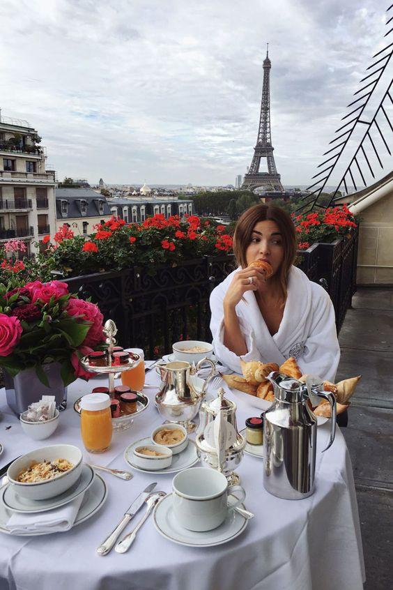 девушка завтракает