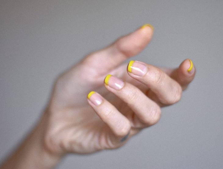 Французский маникюр с желтыми ногтями на 14 февраля