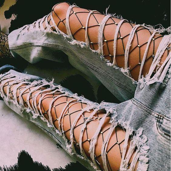 Модные сетчатые колготки с рваными джинсами