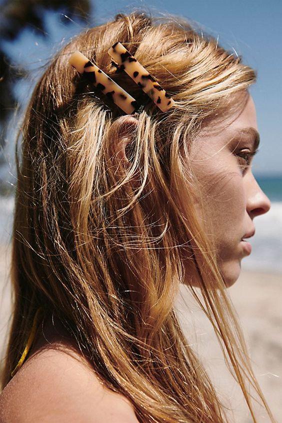 Блондинка с черемуховыми аксессуарами для волос