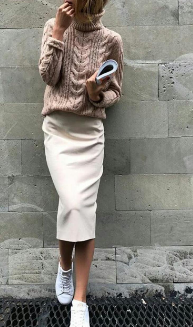 Девушка в длинной белой юбке-карандаш