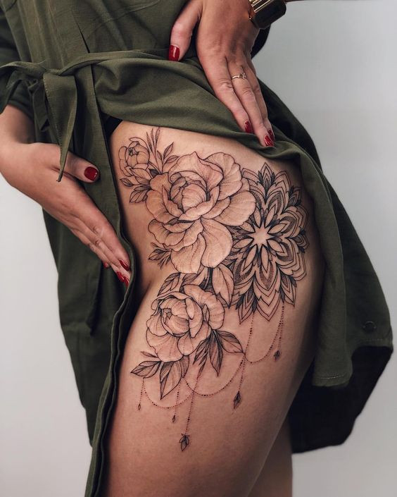 Цветочная татуировка на бедре