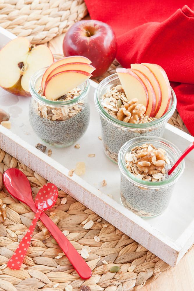 Чиа-пудинг с гранолой и фруктами