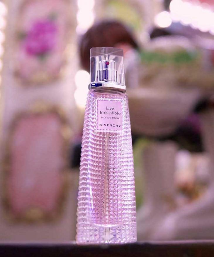 Цветочный весенний аромат в розовом флаконе
