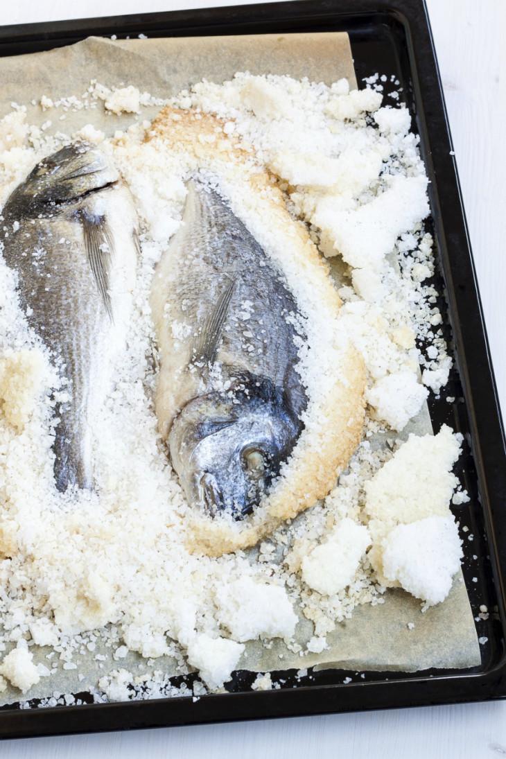 Дорада, запеченная в соли