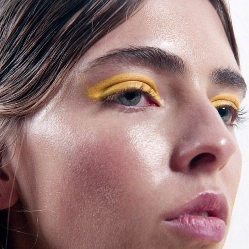 Девушка с ярко-желтым макияжем век