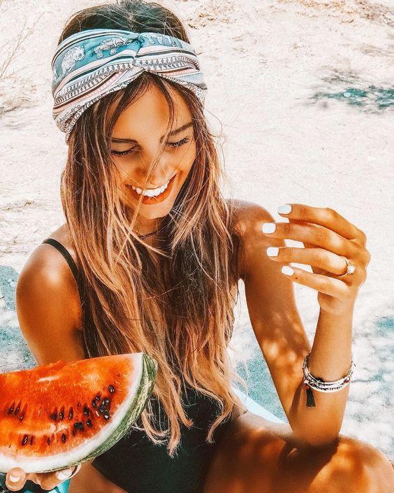 Счастливая девушка с арбузом