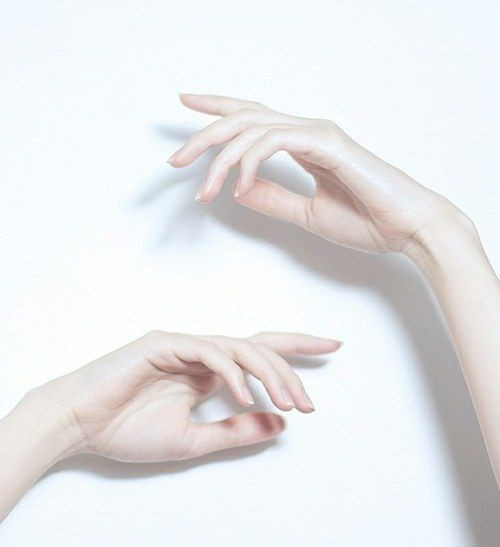 руки на белом фоне