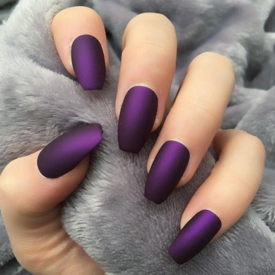 темно-фиолетовый маникюр омбре