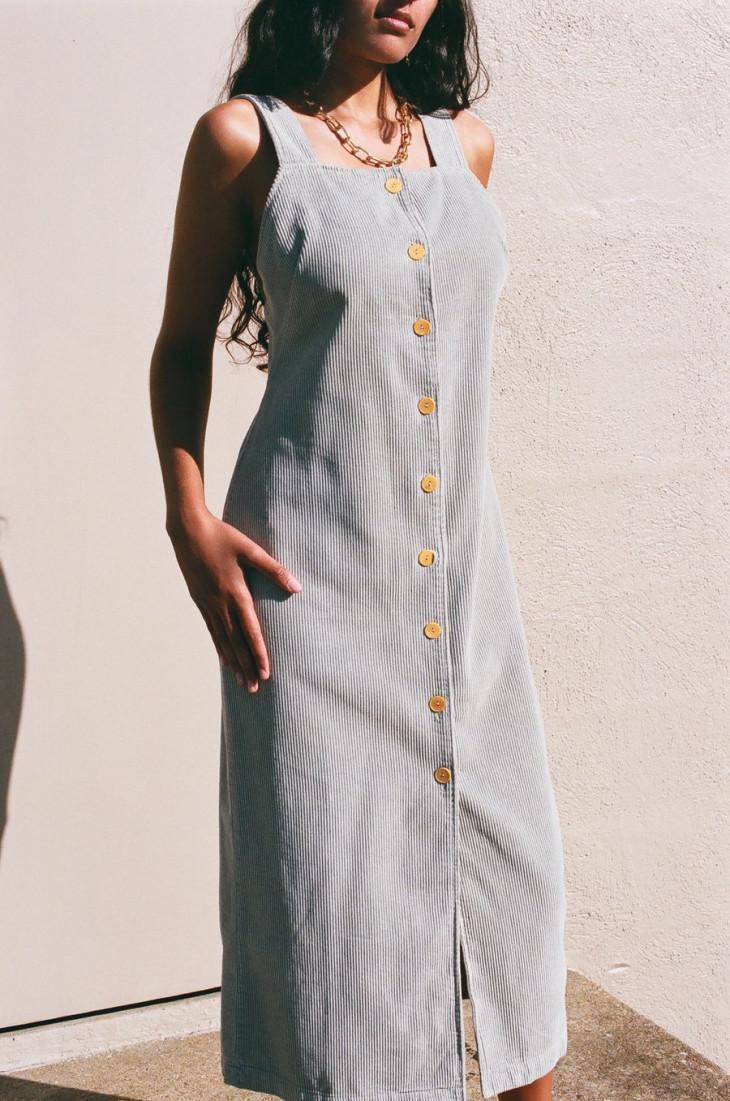 Серое вельветовое платье