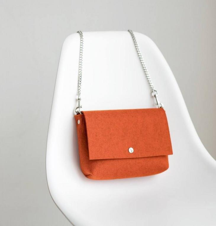 Войлочная сумка на цепочке