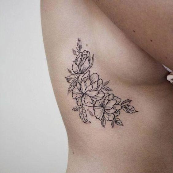 Женские татуировки под грудью