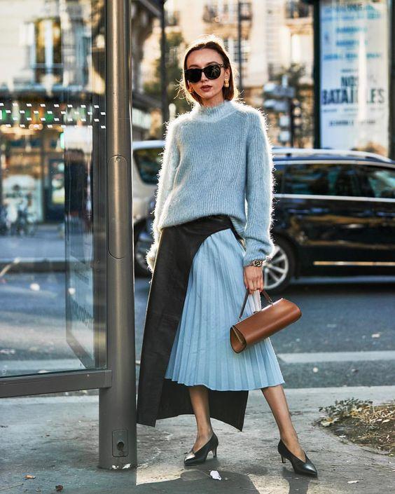 голубой свитер и юбка