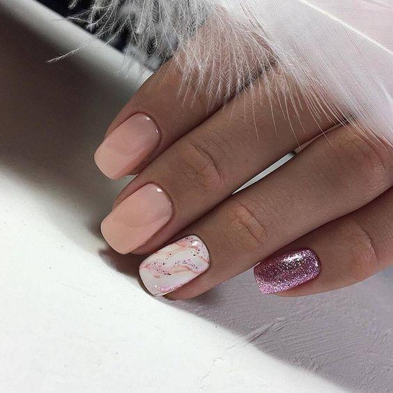 Мраморный маникюр в розовом цвете