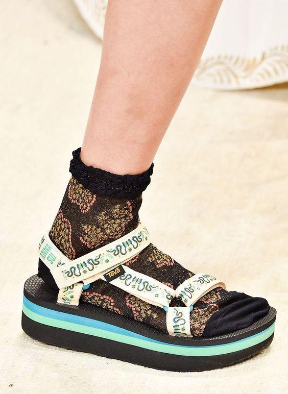 сандалии с белыми носками