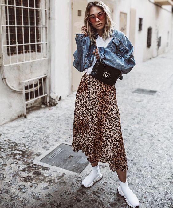 Девушка в юбке с леопардовым принтом