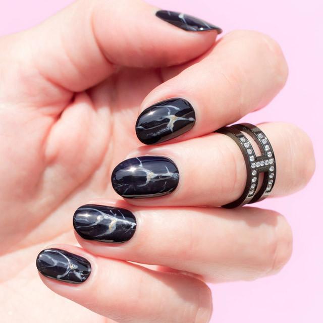 Черные мраморные ногти