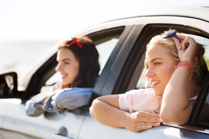 девушки путешествуют в машине
