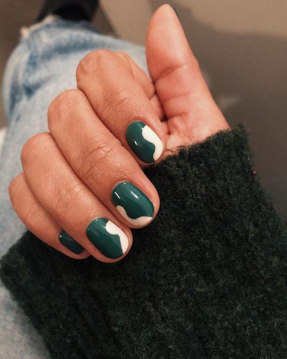 Изумрудный маникюр на ногтях