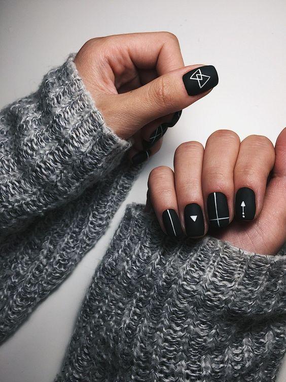 маникюр в стиле минимализм на черных ногтях